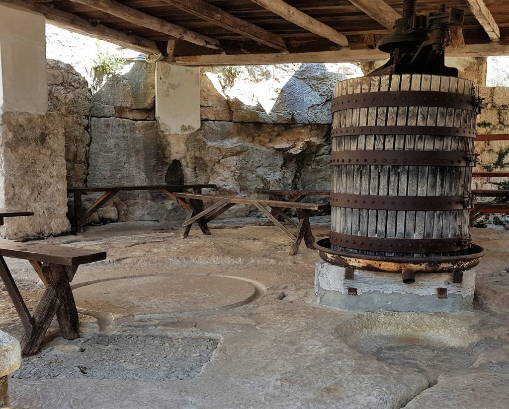 olijfpers bij klooster Blaca op eiland Brac